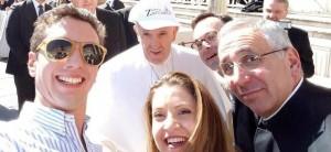 Papa Francesco si fa un selfie con gli studenti dell'istituto Zaccaria di Milano alla fine dell'udienza generale a piazza San Pietro, in Vaticano, 2 marzo 2016 ANSA/Emanuele Colombo